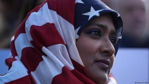 أمريكية مسلمة تلبس العلم الأمريكي