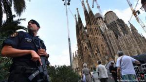 شرطي يحمي كاترائية مشهورة في مدينة برشلونة Foto: Getty Images/AFP/P. Guyot