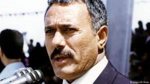 """من رئيس اليمن الشمالي إلى رئيس لليمن الموحد: في عام 1999 انتخب علي عبد الله صالح رئيسا لليمن الموحد في اقتراع رئاسي. وكان قد تولى الرئاسة الفعلية بنفسه منذ عام 1990 ولكن رئاسة اليمن الموحد مثلت تحديا له فقد قوي أعداؤه في الجنوب الذين كانوا مستائين تعامله معهم بعد الوحدة، والحوثيون في الشمال، علاوة على أفراد تنظيم القاعدة في جزيرة العرب الذين حاربوه باعتباره رئيسا """"علمانيا"""" قومياً، وسط اتهامات له بأنه استخدمهم أيضا."""