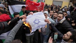 """حرق العلم الإسرائيلي واستخدام شعارات مناهضة للسامية"""" خلال مظاهرات في برلين"""