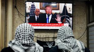 فلسطينيان يتابعان في التلفزيون خطاب ترامب الذي يعترف فيه بالقدس عاصمة لإسرائيل. Foto: Getty Images