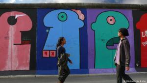 صورة متعدد الألوان والجنسيات من غاليري سور براين. الصورة دويتشه فيله