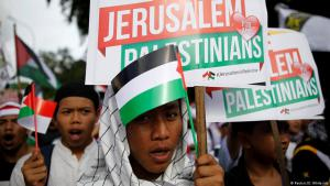 مسلمون في إندونيسيا يحتجون على قرار ترامب الاعتراف بالقدس عاصمة لإسرائيل. (photo: Reuters/D. Whiteside)