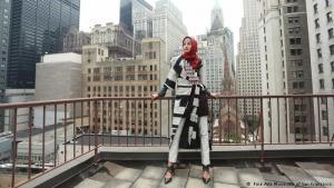من جاكارتا إلى نيويورك: تعمل ديان بيلانجي على التعريف بالموضة الإسلامية في الغرب. وتُعد صاحبة الـ 27 عاماً واحدة من المصممات القليلات فيما يخص الموضة الإسلامية، حيث تُقدم تصاميمها أيضاً على خشبات عروض الأزياء في لندن وميلانو ونيويورك.