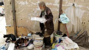 جورج جرجيس عمره 90 عاما وهو يطعم قططه في الشارع شمال بيروت - لبنان 2017.  (photo: Getty Images/AFP/J. Eid)