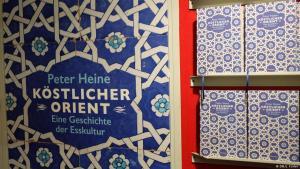 """الغلاف الألماني لكتاب """"الهلال الطهوي"""" من تأليف الباحث الألماني في العلوم الإسلامية پيتَر هاينِه.  Wagenbach-Verlag"""