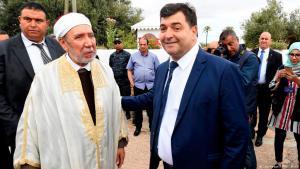 رونيه الطرابلسي (يسار) يتحدث إلى مفتي البلاد التونسية عثمان بطيخ أثناء زيارته معبد اليهود في مايو/ أيار 2015