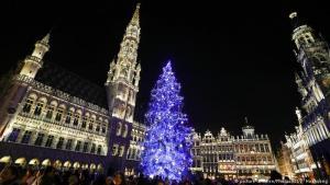 ساحة غراند بلاس في بروكسل: تشهد ساحة غراند بلاس في العاصمة البلجيكية بروكسل حملة تزيين بالأضواء البراقة والأنوار الزاهية بمناسبة حلول احتفالات أعياد الميلاد. تتميز ساحة غراند بلاس بالمنازل الفاخرة التي تعود إلى القرن السابع عشر وبمبنى البلدية الذي يعود إلى القرن الخامس عشر. أُدرِجت الساحة على موقع التراث العالمي لمنظمة اليونيسكو لاسيما أنها تُعتبر من أجمل الساحات في العالم.