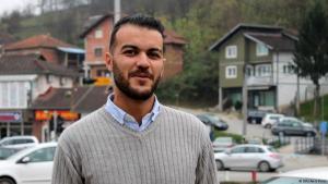 يونس أحد المهاجرين الذين يرغبون في البقاء في فليكا كلادوسا - يقول يونس بأنه ينحدر من فلسطين ويتكلم عدة لغات، ويريد تقديم طلب لجوء في البوسنة رغم صعوبة الاعتراف باللجوء هناك.