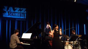 الموسيقية الألمانية من أصل لازي تركي آيتشا ميراتش خلال حفلة موسيقية بمدينة دوسيلدورف الألمانية.  (source: Facebook; photo: Michael Weilandt)
