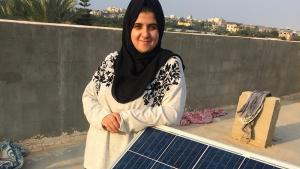 """""""المهندسة مجد المشهراوي مع لوح شمسي في مدينة غزة. Foto: Inge Günther"""