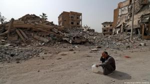 رجُل في مدينة الرقة السورية المدمرة.  Foto: AFP/Getty Images
