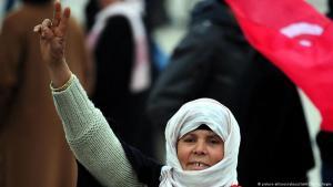 """سيدة تونسية تحيي ثورة الياسمني في مهد """"الربيع العربي"""" يوم (17 ديسمبر/كانون الأول 2015)"""