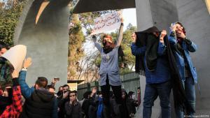 احتجاجات ضد الفساد والبطالة والقيادة السياسية الإيرانية في جامعة طهران. Foto: AFP/Getty Images