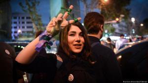 متظاهرة إيرانية ضد قمع الملالي