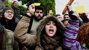 ;  مطالب اقتصادية ومعيشية وراء الاحتجاجات في تونس Foto: picture-alliance