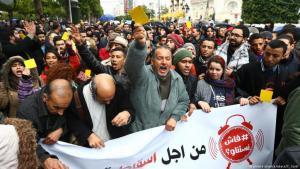 مظاهرات في تونس ضد غلاء الأسعار والفساد وغياب آفاق إقتصادية. الصورة: picture alliance/abaca/Y. Gaidi