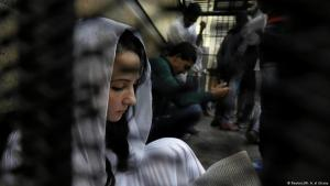 آية حجازي -مؤسسة منظمة غير حكومية تعنى بأطفال الشوارع- تم سجنها في زنزانة تابعة لمحكمة في القاهرة بتهمة الاتجار بالبشر والاستغلال الجنسي للقاصرين واستخدام الأطفال في الاحتجاجات 23 / 03 / 2017. (photo: Reuters/Mohamed Abd El Ghany)