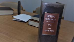 صورة الكتاب المقدس الذي يعتمده شهود يهوه: نسخة مطبوعة عام 1716 ويعتقدون أنّه الكتاب المقدس الأصيل الحقيقي الوحيد.