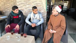 شيخ أزهري في محادثة مع شباب في أحد مقاهي حي الشرابية في القاهرة. Foto: Karim El-Gawhary