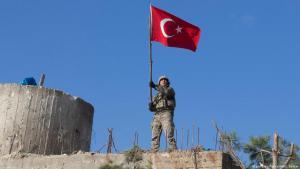 جندي تركي يرفع العلم التركي خلال عملية عفرين في شمال سوريا Foto: picture-alliance/AA