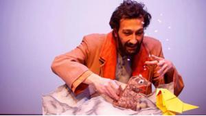 """""""صبحي شامي في مشهد من مسرحية """"العصفور في مكان آخر"""" للأطفال في ألمانيا عن اللاجئين والتي تعرض رحلة عصفور شاقة من سوريا إلى أوروبا. Quelle: Theater der Jungen Welt Leipzig"""