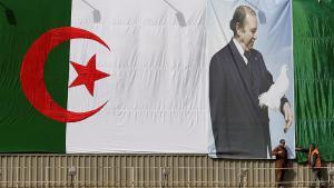 علم الجزائر وعليه صورة الرئيس بوتفليقة في الجزائر العاصمة. Foto: Reuters