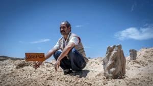 """""""مقبرة الغرباء"""" في تونس لجثث اللاجئين المجهولين - شمس الدين مرزوق متطوع تونسي لدفن ضحايا اللجوء إلى أوروبا. Foto: AFP"""