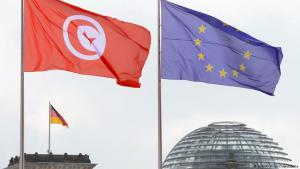 علم تونس وعلم الاتحاد الأوروبي عند مبنى البرلمان الألماني (بونديستاغ) [الرايخستاغ] في برلين. Foto: Soeren Stache/dpa