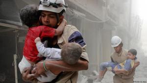 """عمال الإنقاذ """"الدفاع المدني السوري"""" من """"الخوذ البيضاء"""" ينقذون الأطفال في حلب المدمرة.  Foto: Reuters"""