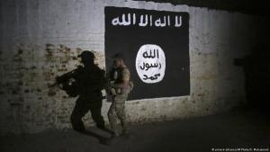 """جندي يمشِّط (عام 2017) نفقاً في الموصل العراقية التي كانت لمدة ثلاث سنوات تحت سيطرة """"الدولة الإسلامية"""".  Foto: picture-alliance/AP"""