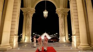 رجال سعوديون يمشون عبر مدخل فندق ريتز كارلتون في الرياض في 4 مارس / آذار 2013. (Getty Images/AFP/J. Martin)