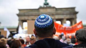 رجل يرتدي القلنسوة (الكيبا) أو القبعة اليهودية في مسيرة ضد معاداة السامية في برلين - ألمانيا. (Foto: picture alliance / dpa. M. Hitija)