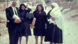 من اليسار: العم عوض ،العمة صوفيا وفوزية والجدة تمام في نابلس، فلسطين ١٩٦٨ | ©خاص