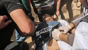 أصابت رصاصة الجنود الإسرائيليين الصحفي الفلسطيني ياسر مرتجى رغم وجود كلمة صحافة Presse مكتوبة بشكل واضح وصريح على صدرة. Foto: Getty Images/AFP