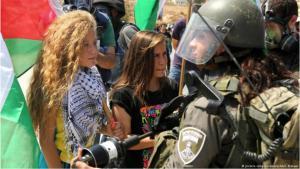 الناشطة الفلسطينية عهد التميمي خلال مظاهرة في سبتمبر / أيلول 2015 ضد إنشاء مستوطنة إسرائيلية جديدة في الضفة الغربية.  Foto: picture-alliance/abaca/AA