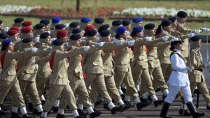 عرض عسكري لجنديات باكستانيات في الجيش الباكستاني - إسلام أباد. Foto: AFP