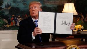 الرئيس الأمريكي دونالد ترامب بعد توقيعه في 08 / 05 / 2018 على خروج الولايات المتحدة من الاتفاق النووي مع إيران. Foto: Reuters/J. Ernst