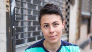 """السورية الأمريكية جينيفر زينب جوخدار، كاتبة رواية """"خريطة الملح والنجوم"""". (photo: Neha Gautam)"""