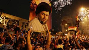 "أنصار رجل الدين الشيعي مفتدى الصدر يحتفلون بفوز قائمة ""سائرون"" في بغداد.  Foto; dpa/picture-alliance"