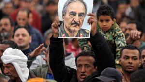 ليبيون من أنصار الجنرال الليبي خليفة حفتر يرفعون صورته. Bild: Reuters