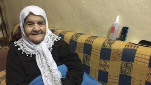 ;  رحفيظة خطيب التي عاشت حياة أخرى في لبنان، كانت تبلغ من العمر 19 عاماً عندما فرت مع عائلتها إلى لبنان في حرب 1948 بين إسرئيل وجيرانها العرب. كانت حفيظة تعيش آنذاك مع عائلتها في قرية دير القاسي، على بعد 20 كيلومتراً من عكا. كان الهواء هناك نظيف، على عكس ما هو في مخيم اللاجئين هنا. Foto: Diana Hodali/DW