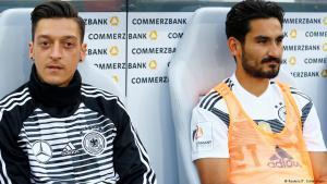 إلكاي غوندوغان ومسعود أوزيل إبان مباراة ودية جمعت ألمانيا والمملكة العربية السعودية في تاريخ 08 / 06 / 2018.  Foto: Reuters