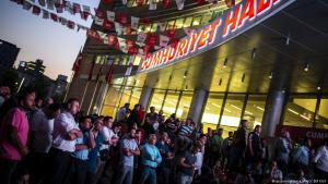 معارضون لإردوغان من حزب الشعب الجمهوري عند مقر حزبهم في أنقرة وهم يتابعون نتائج الانتخابات الرئاسية 24 / 06 / 2018 في تركيا.  (photo: picture-alliance/AA/O. Elif Kizil)