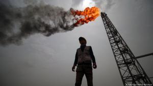 موظف في منشأة نفطية في العراق. Foto: Haidar Mohammed Ali/AFP/Getty Images