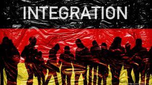 صورة رمزية عن الاندماج في ألمانيا ويظهر فيها العلم الألماني ومهاجرون من حوله. Foto: picture-alliance