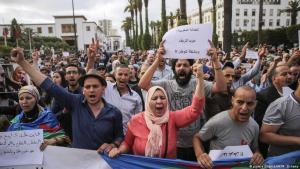 متظاهرون يشاركون في مسيرة يوم 27 يونيو 2018 يستنكرون إصدار أحكام مشددة بحق نشطاء الحراك الاحتجاجي في الرباط بالمغرب.  (photo: picture alliance/AP/M. Elshamy)