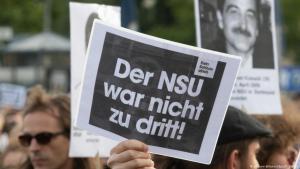 احتجاجات مطالبة بتوسيع الحكم القضائي الصادر  على خلية النازيين الجدد الإرهابية (إن إس يو) لتشمل آخرين ومكتوب على اللافتة بأن هذه الخلية ليست فقط ثلاثة أشخاص. Foto: dpa/picture-alliance