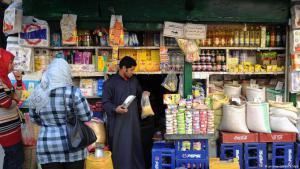 المواطنون وأصحاب المتاجر في مصر تحت وطأة الأزمة الاقتصادية. (photo: picture-alliance/dpa)