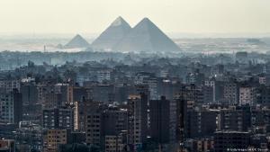 منطقة الجيزة في مصر - القاهرة  واحدة من كبريات مدن العالم، إذ يتجاوز عدد سكان القاهرة الكبرى الـ 20 مليون نسمة وهو ما يمثل تحديا للحكومة ويسبب مشاكل في مجالات السكن والطاقة والمواصلات. Foto: AFP/Khaled Desouki
